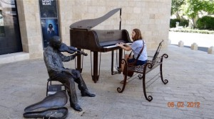 19 Duet with statue